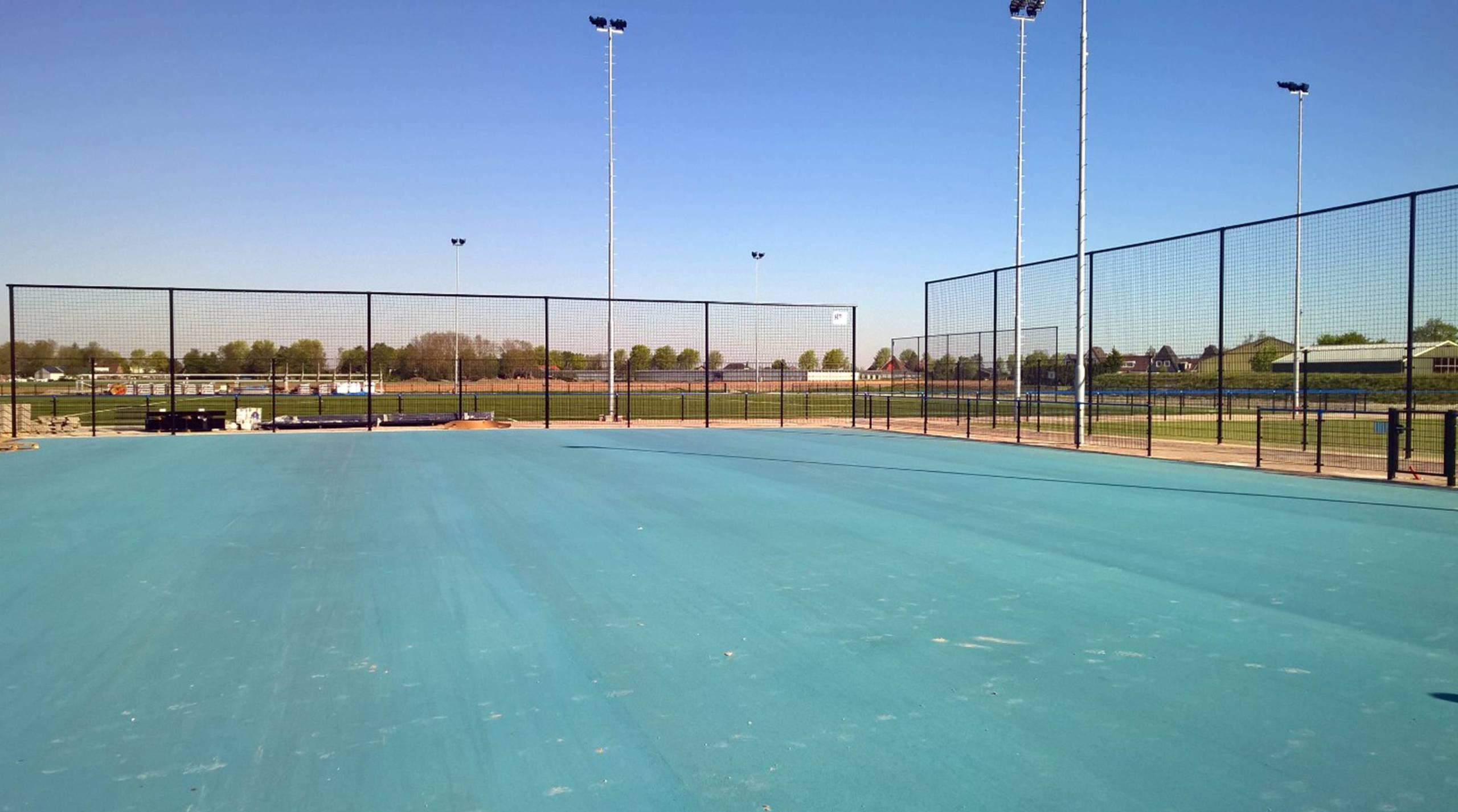 Nibbixwoud Sportveld blauw asfalt