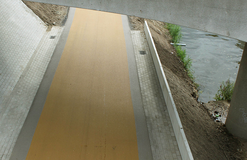 Geel asfalt viaduct