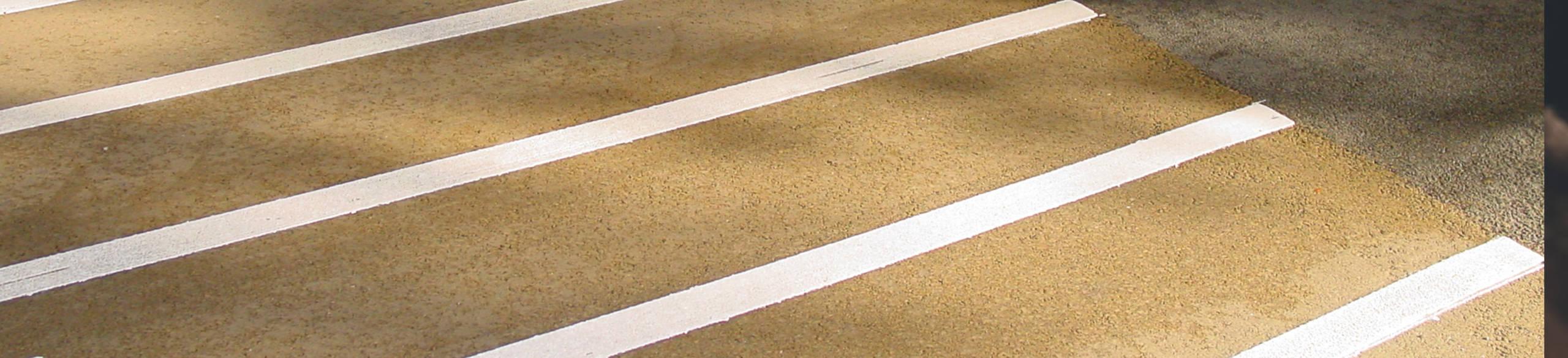 Geel asfalt met witte coating